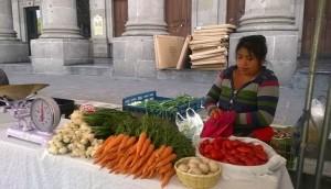 Foto mujer mercados locales